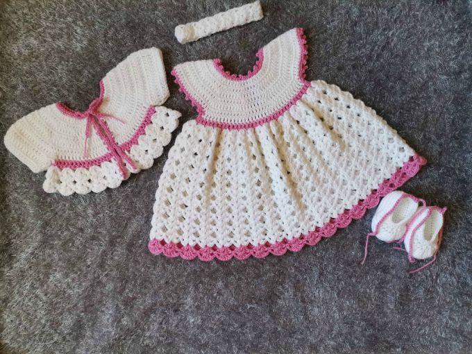La Robe Blanche Pour Bébé au Crochet ensemble
